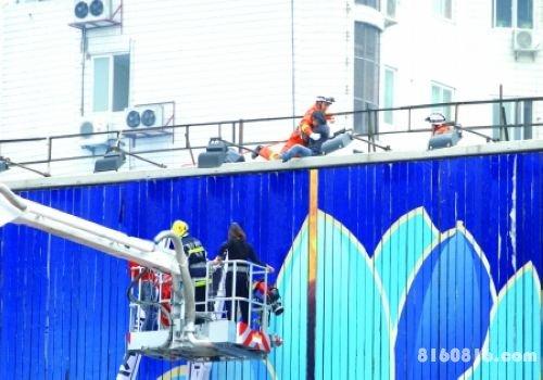 女子爬15米高广告牌  多警种联动